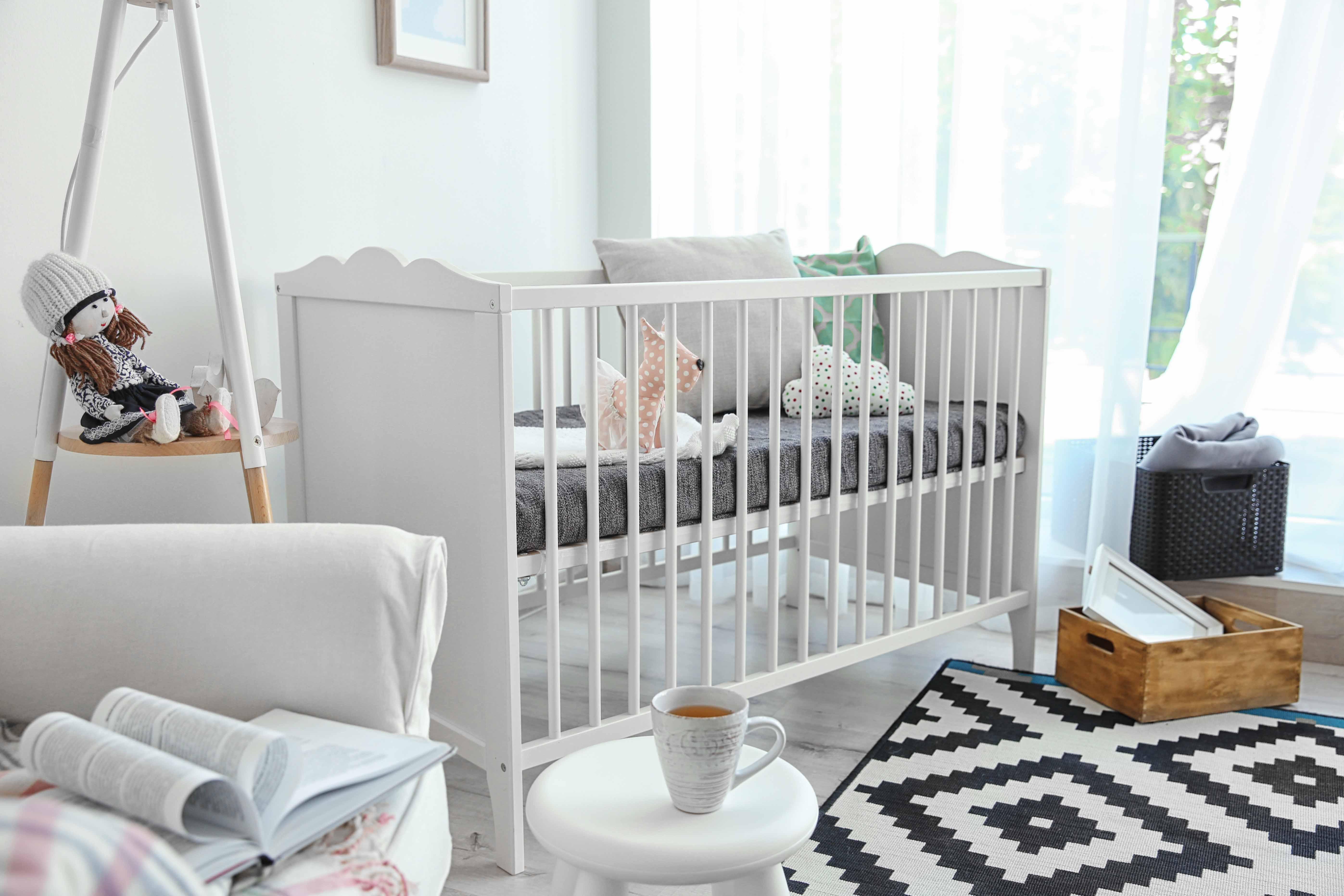 Qué es mejor cortinas o estores para habitación infantil